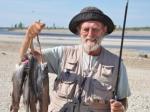 Der Fang aus einer Stromschnelle und alles mit der Fliegenrute