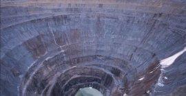 Diamantgrube 520m tief und 1,2 km Durchmesser